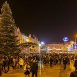 Christbaum auf dem Weihnachtsmarkt auf dem Ban-Jelačić-Platz in Zagreb