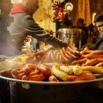 Kroatische Wurst auf dem Weihnachtsmarkt auf dem Ban-Jelačić-Platz in Zagreb