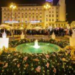Riesiger Adventkranz auf dem Weihnachtsmarkt auf dem Ban-Jelačić-Platz in Zagreb