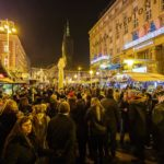 Besucher auf dem Weihnachtsmarkt auf dem Ban-Jelačić-Platz in Zagreb