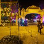 Eingangsportal zum Weihnachtsmarkt im Maksimir-Park in Zagreb