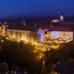 Der beleuchtete Weihnachtsmarkt auf der Strossmayer-Promenade in Zagreb