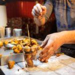 Die Süßspeise Fritule auf dem Adventmarkt im Zrinjevac-Park