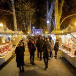 Besucher auf dem Adventmarkt im Zrinjevac-Park in Zagreb