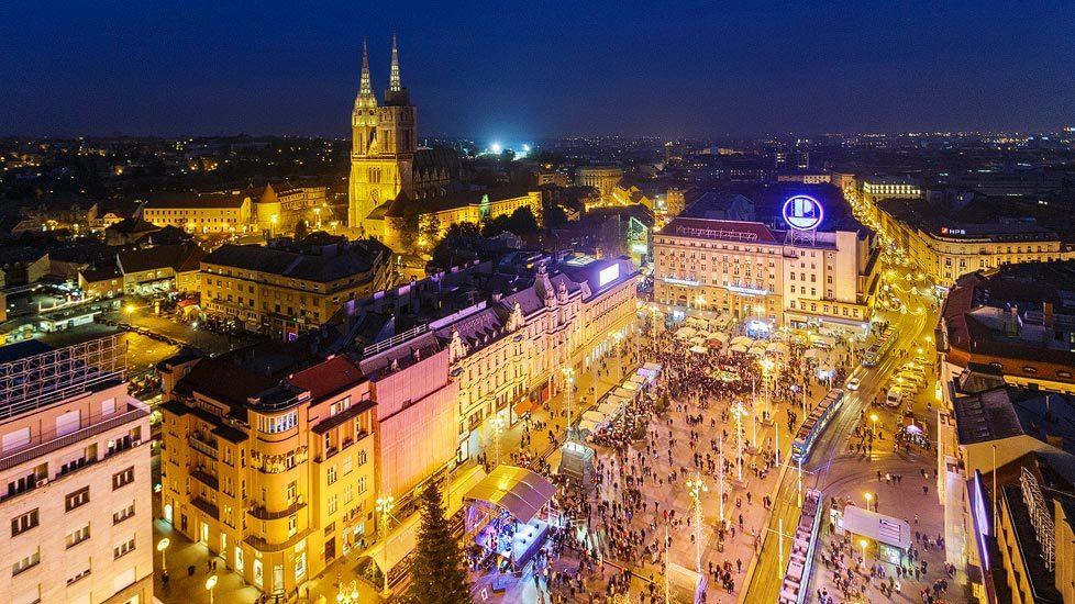 Nachtaufnahme des Hauptplatz von Zagreb