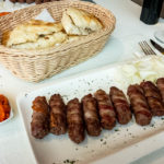 "Eine Portion Ćevapi im Bistro ""Na Dolcu"" in Zagreb"