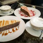Glutenfreier Bananen- und Karottenkuchen sowie zwei Capucchino im Café Kavana Lav in Zagreb