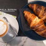 Zwei Croissants und zwei Capucchino im Café Mala kavana in Zagreb