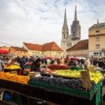 Bunte Stände auf dem Dolac-Markt in Zagreb