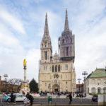 Außenansicht der Kathedrale von Zagreb und des Brunnens mit der Mariensäule