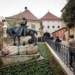 Statue des Heiligen Georg (Juraj) mit erschlagenem Drachen vor dem Steintor in Zagreb