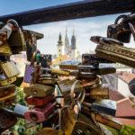 Blick durch Liebesschlösser auf der Strossmayer-Promenade auf die Kathedrale von Zagreb