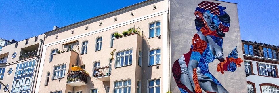Ein Mural an einer Hausfassade in Berlin