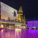 Blick auf die Kaiser-Wilhelm-Gedächtniskirche von der Terrasse des Steaklokals Block House in Berlin