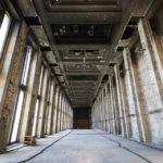 Schwer beschädigte Halle am Flughafen Tempelhof in Berlin