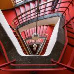 Rotes Treppenhaus im Haus des Rundfunks in Berlin