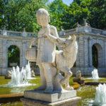 """Steinfigur """"Rotkäppchen"""" beim Märchenbrunnen im Volkspark Friedrichshain in Berlin"""