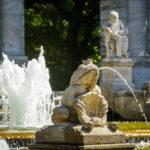 """Steinfigur """"Froschkönig"""" beim Märchenbrunnen im Volkspark Friedrichshain in Berlin"""