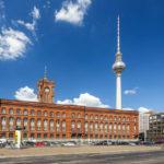 Das Rote Rathaus und der Berliner Fernsehturm