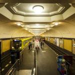Innenansicht der U-Bahn-Station Platz der Luftbrücke in Berlin