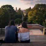Ein Paar blickt auf den Viktoriapark in Berlin