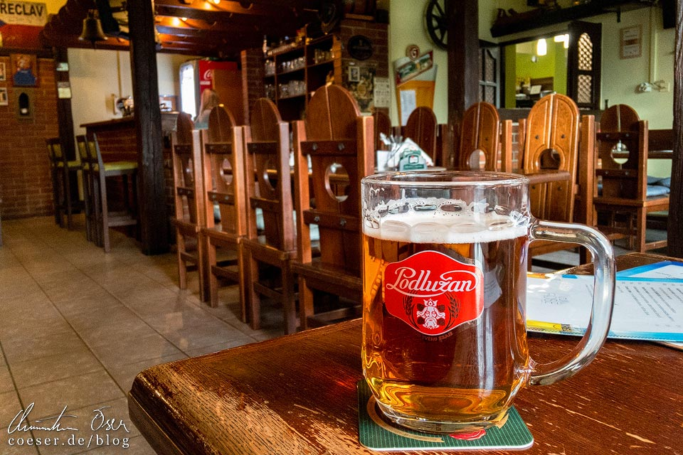 Ein Glas Podlužan-Bier im Hotelrestaurant Rose in Břeclav (Lundenburg)