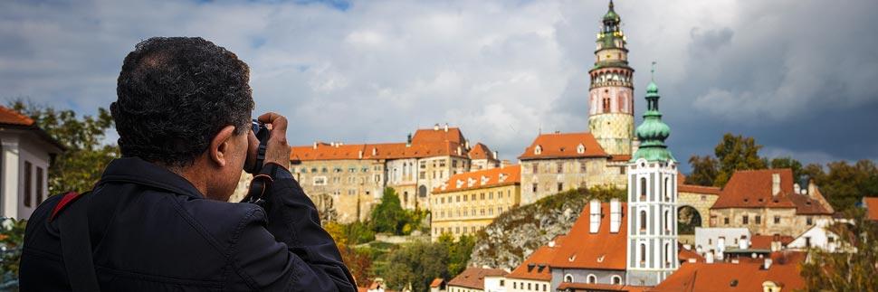 Tourist fotografiert das Schloss in Český Krumlov