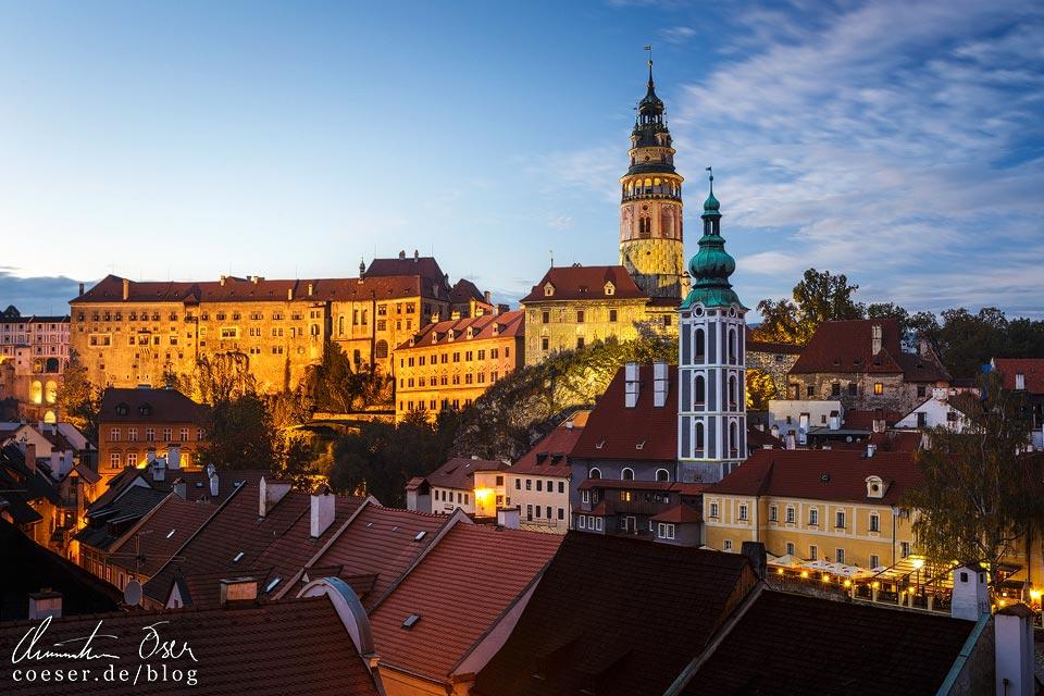 Der mittelalterliche Stadtkern von Český Krumlov nach Einbruch der Dunkelheit