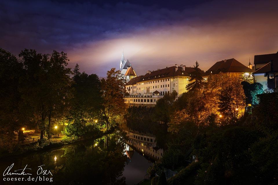 Ausblick von meinem Zimmer in der Penzion Teddy auf das beleuchtete alte Kloster in Český Krumlov