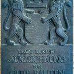Einige sehenswerte Gebäude in Zürich tragen die Auszeichnung für gute Bauten