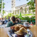 Blick vom Café Kleine Freiheit auf die Liebfrauenkirche in Zürich