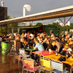 Gäste genießen die Sonnenstrahlen in Frau Gerolds Garten in Zürich