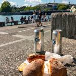Mit einer Wurst vom Sternen Grill machten wir eine Pause am Ufer des Zürisees in Zürich