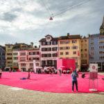 Der Münsterhof in Zürich, temporär mit rosa Teppich