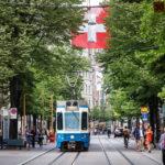 Eine Straßenbahn in der Bahnhofstraße von Zürich