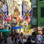Schweizerische und Zürcher Flaggen in der Augustinergasse in Zürich