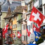 Schweizerische Flaggen in der Augustinergasse in Zürich