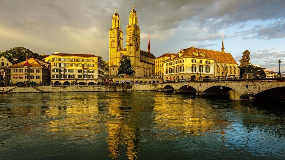 Großmünster und Limmat in Zürich während eines Sonnenuntergangs