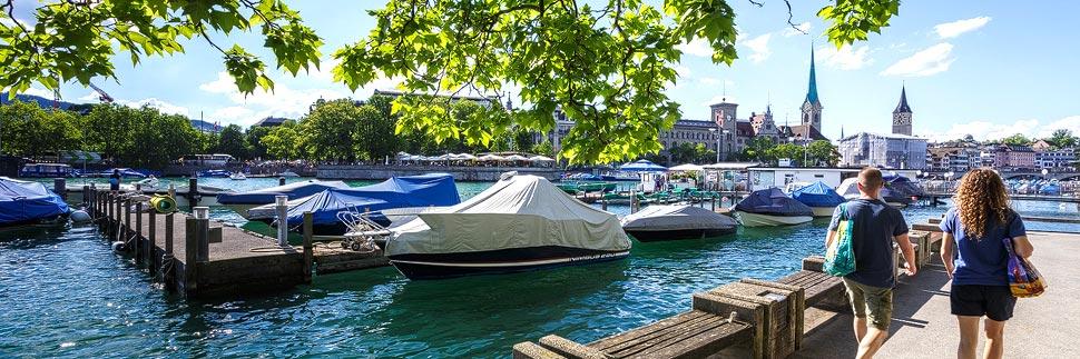 Boote am Pier entlang der Schifflände in Zürich