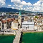 Blick auf das Fraumünster in Zürich vom Karlsturm des Grossmünsters aus gesehen