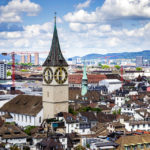 Ausblick auf die Pfarrkirche St. Peter in Zürich vom Karlsturm des Grossmünsters