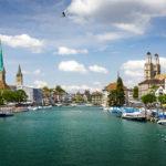 Klassischer Blick auf Zürich mit Fraumünster, Pfarrkirche St. Peter und Grossmünster