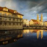 Das Rathaus und das Grossmünster in Zürich während eines Sonnenuntergangs