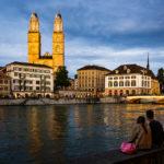Das Grossmünster in Zürich während eines Sonnenuntergangs