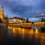 Das Grossmünster, die Münsterbrücke und die Wasserkirche in Zürich nach Sonnenuntergang