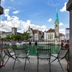Blick von der Wasserkirche auf das Fraumünster in Zürich