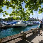 Boote ankern an der Schifflände in Zürich