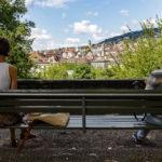Zwei Frauen genießen den Ausblick vom Lindenhof auf Zürich