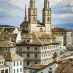 Ausblick vom Lindenhof auf das Grossmünster in Zürich