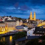 Ausblick vom Lindenhof auf das beleuchtete Grossmünster in Zürich
